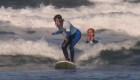 Una surfista ciega participa en campeonato mundial en California