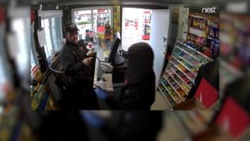 Mujer roba autolavado armada con un cuchillo