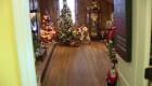 Una casa está decorada con 175 árboles navideños
