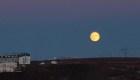 Mira cómo la Luna se cierne sobre Islandia en el día más corto del año