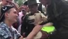 Un hombre que perdió las piernas en una mina adopta al perro que lo salvó
