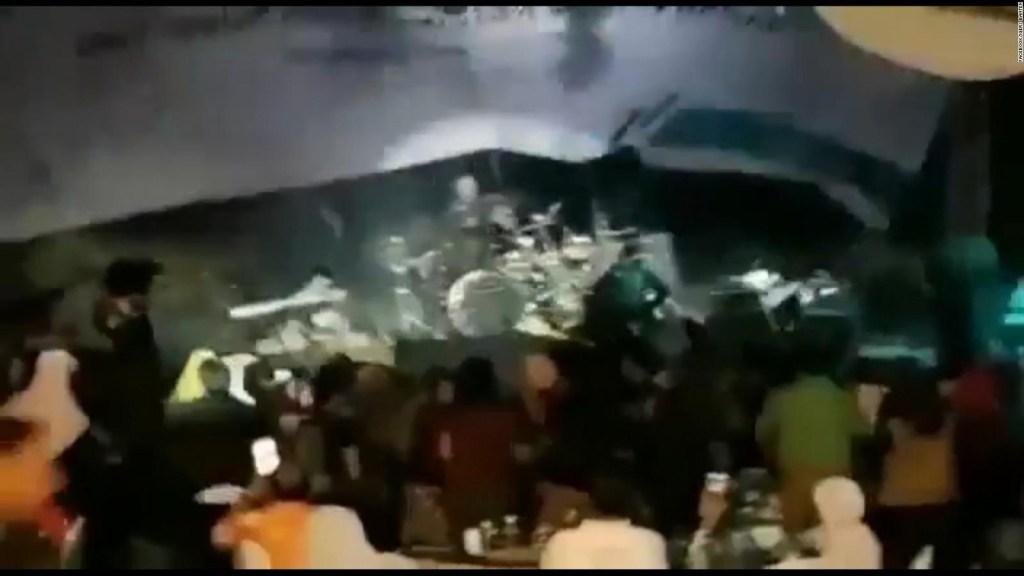 Tsunami en Indonesia: el instante en que el tsunami impacta en pleno concierto de una banda pop