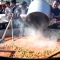 Chefs mexicanos preparan una gran paella para migrantes en Tijuana