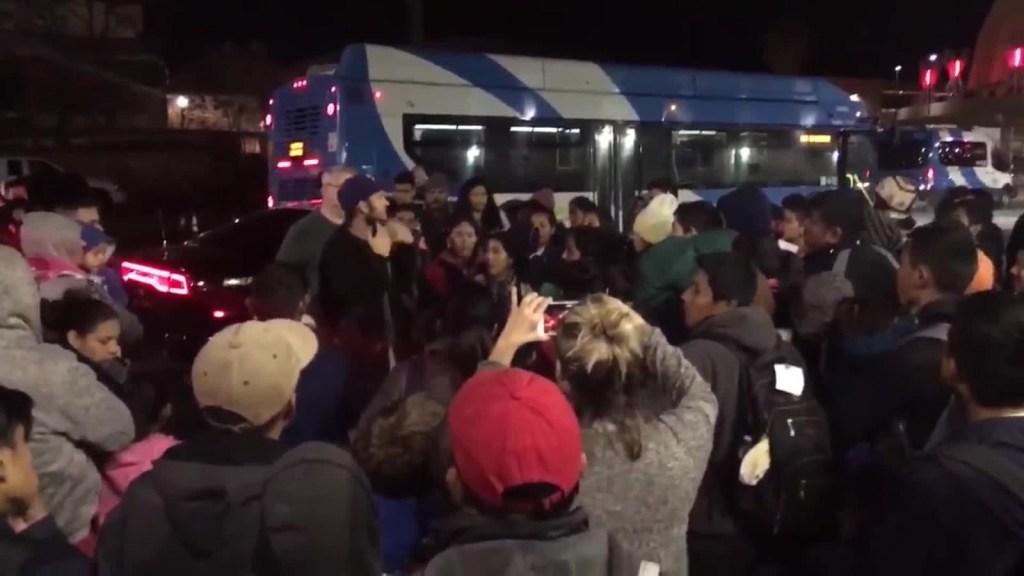 ICE deja a más de 150 inmigrantes en terminal de autobuses