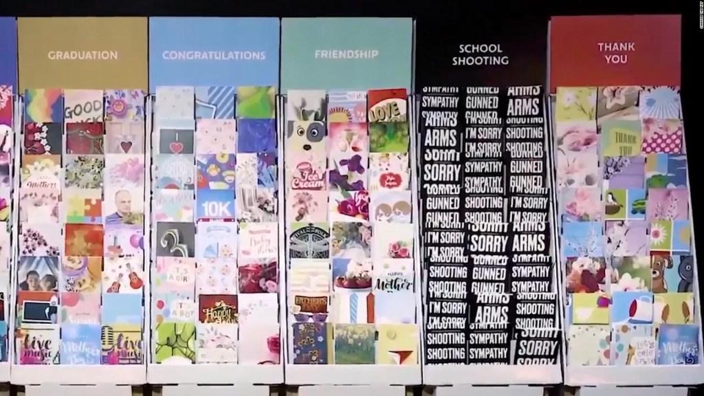 A la venta polémicas tarjetas por tiroteos en la escuelas