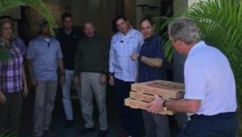 Bush y su esposa Laura llevaron pizza a los agentes del Servicio Secreto que los protegen