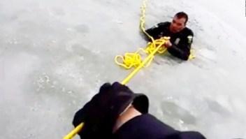 Policías en medio de un rescate caen en aguas gélidas