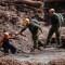 Rescatistas siguen buscando desaparecidos en un mar de lodo