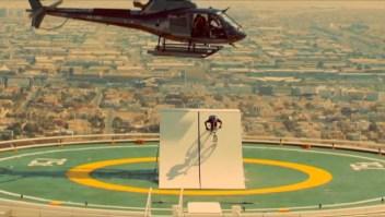Dubai: Ciclista salta desde un helicóptero a un rascacielos
