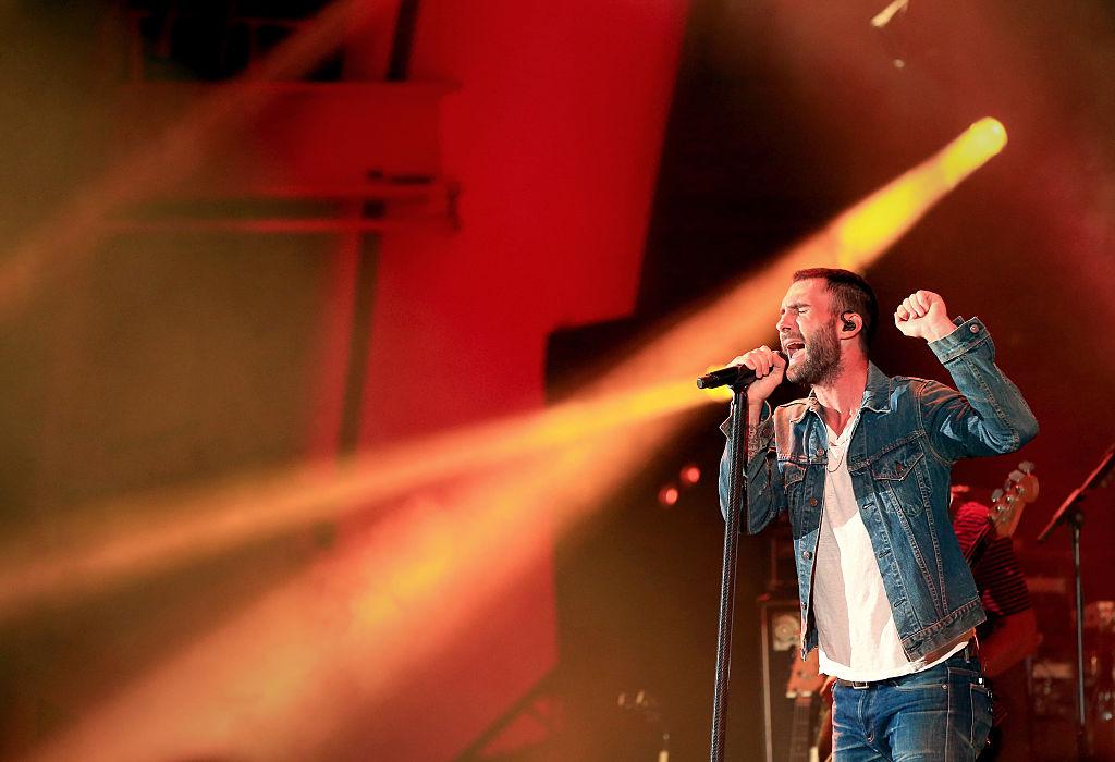 El cantante Adam Levine de Maroon 5 se presenta en el Hollywood Bowl el 24 de octubre de 2015 en Hollywood, California. Crédito: Christopher Polk / Getty Images para CBS Radio Inc.
