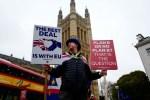 El activista anti-Brexit Steve Bray exhibe pancartas cerca del Parlamento en el centro de Londres el 16 de enero de 2019. Crédito: TOLGA AKMEN / AFP / Getty Images