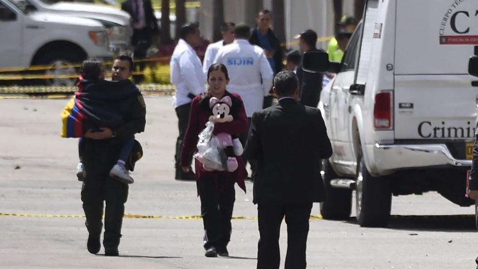 Las personas afectadas por la explosión en la escuela de entrenamiento de cadetes de la policía en Bogotá, evacuan el área donde un aparente ataque coche bomba dejó varios muertos y heridos el 17 de enero de 2019. Crédito: JUAN BARRETO / AFP / Getty Images)