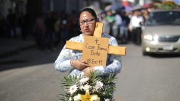 Familiares y amigos participan en el cortejo por las calles de Tlahuelilpan hacia el cementerio después de los servicios funerarios por las víctimas de la explosión. Crédito: Hector Vivas / Getty Images