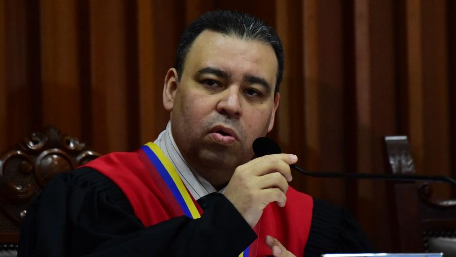 El juez Juan José Mendoza en una conferencia de prensa en el Tribunal Supremo de Justicia de Caracas el 21 de julio de 2017. Crédito: RONALDO SCHEMIDT / AFP / Getty Images