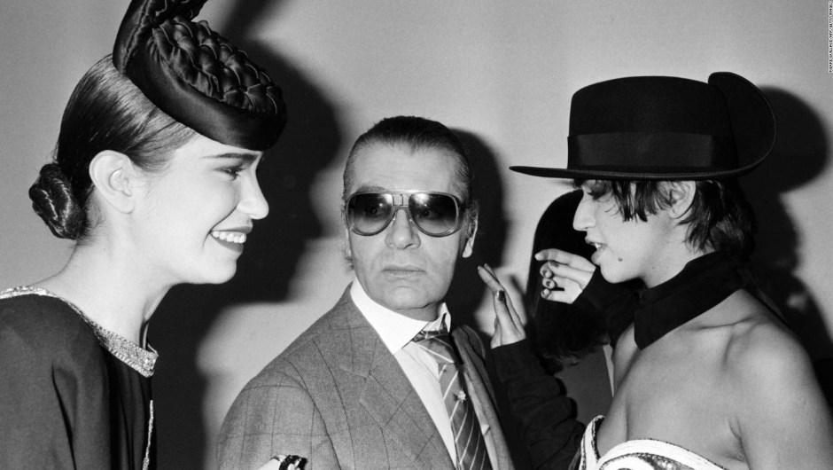Lagerfeld posa con modelos después del desfile Chanel Otoño-Invierno 1985. Crédito: PIERRE GUILLAUD/AFP/Getty Images