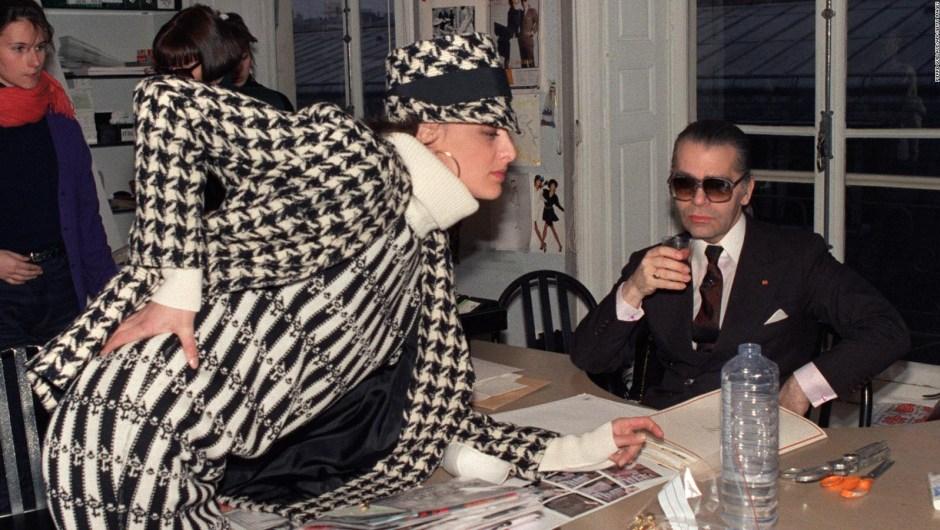 Lagerfeld con la modelo francesa Inès de la Fressange antes del desfile Otoño-Invierno 1987 de Chanel. Crédito: PIERRE GUILLAUD/AFP/Getty Images