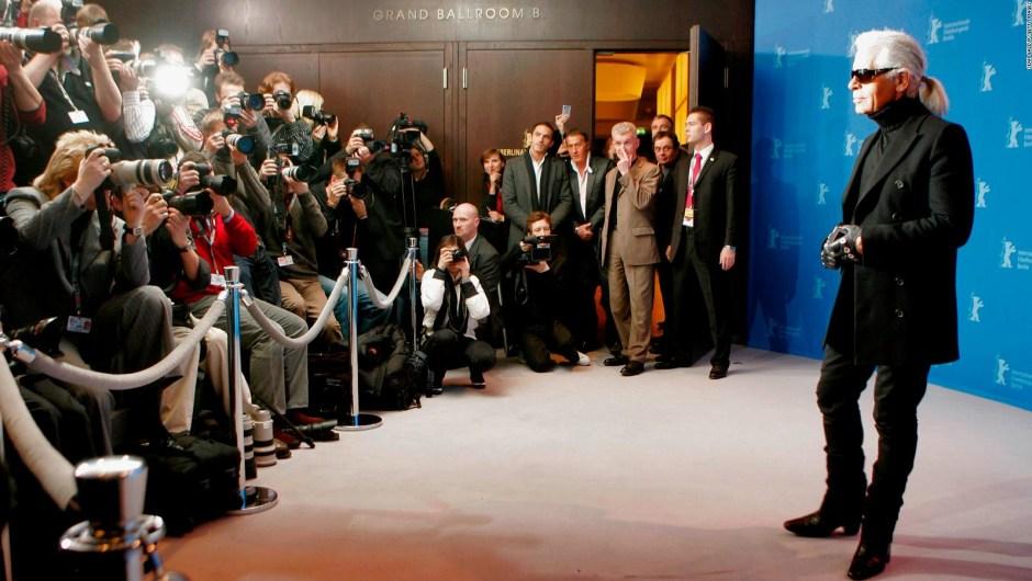 """Lagerfeld en una sesión de fotos en Berlín para promocionar la película """"Lagerfeld Confidential"""" en 2007. Crédito: Sean Gallup/Getty Images"""