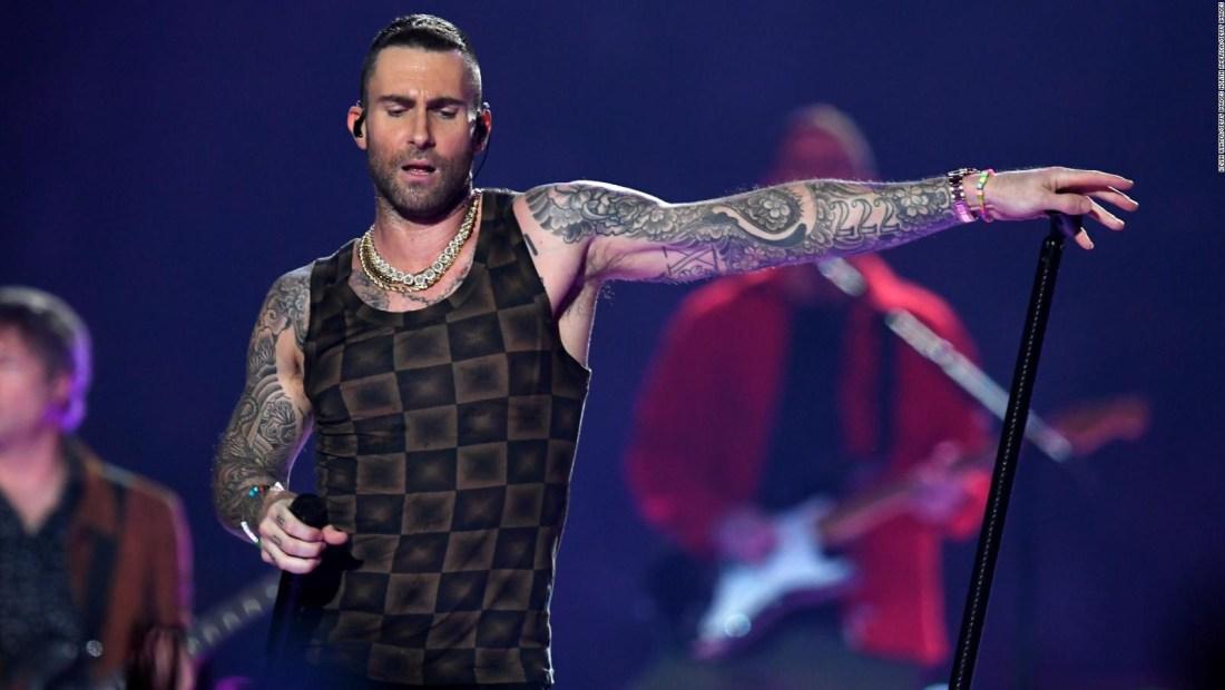 Adam Levine enfrenta burlas por su show en el Super Bowl