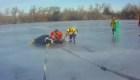 Socorristas rescatan a un caballo de una laguna congelada