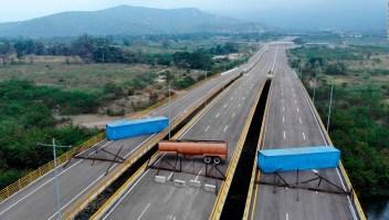 Venezuela suelda contenedores al Puente Tienditas
