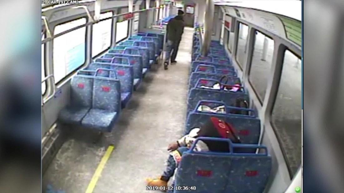 Padre deja a su bebé en un tren para salir a fumar un cigarrillo