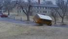 Un impresionante video muestra cómo se voltea un autobús escolar