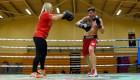 Boxeador británico entrena con su esposa