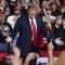 Trump demandado por besar sin permiso