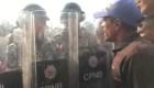 Venezolanos se encaran con la policía venezolana