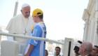 El papa Francisco habla con un niño en su papamóvil en la audiencia al final de su audiencia general en la plaza de San Pedro en el Vaticano el 19 de junio de 2013. Crédito: AFP PHOTO / TIZIANA FABITIZIANA FABI / AFP / Getty Images