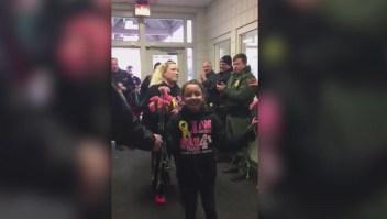 Niña vuelve a la escuela luego de superar un cáncer