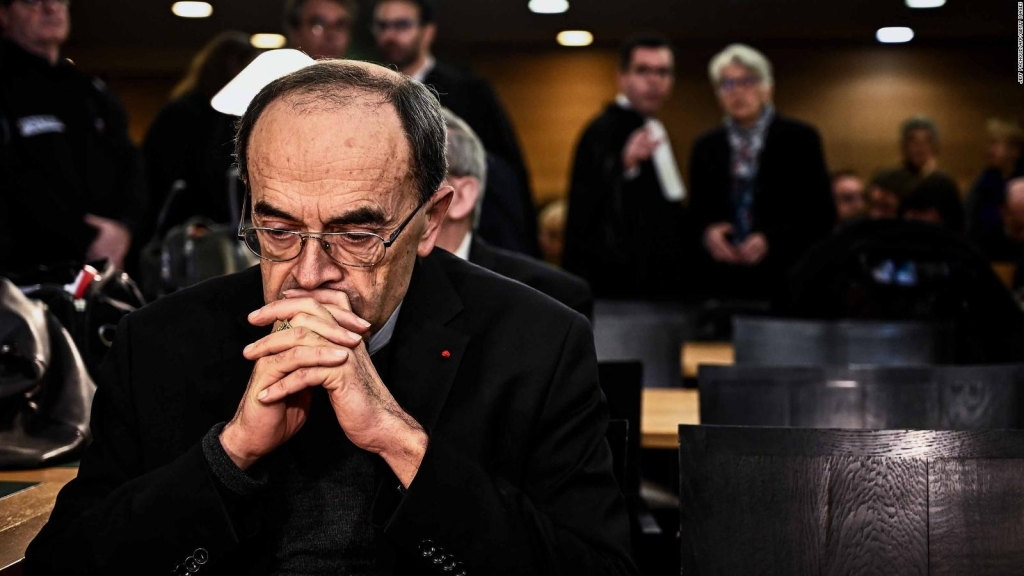 Condenan a cardenal que encubrió abusos en Francia