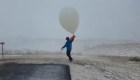Mira esta divertida manera de lanzar globo meteorológico