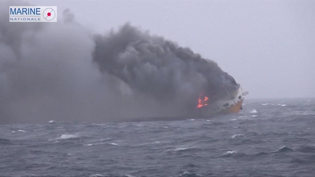 Francia trata de contener un derrame petrolero