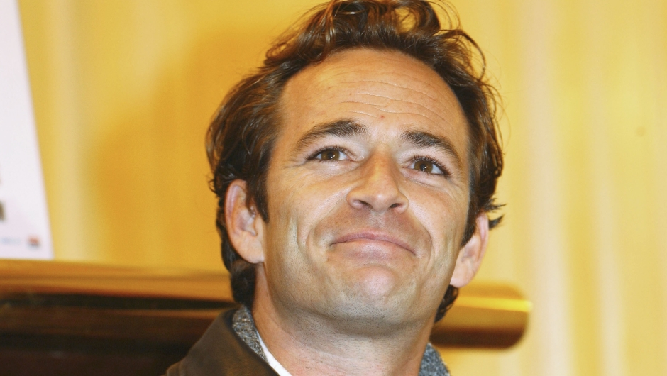"LONDON - JANUARY 08: Actor Luke Perry attends press launch for new stage adaptation of 1989's romantic comedy flick ""When Harry Met Sally"" which opens February 20, at the Theatre Royal on January 08, 2004 in London. Perry and actress Alyson Hannigan play Harry and Sally respectively in the roles made famous by Billy Crystal and Meg Ryan. (Photo by Steve Finn/Getty Images)"