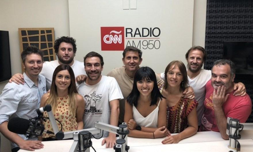 Juan Pablo Varsky rodeado de su equipo en CNN Radio Argentina.