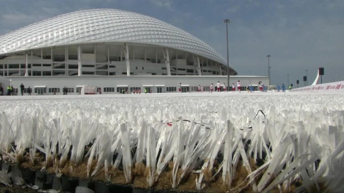 Rusia crea una cancha de fútbol hecha de plástico reciclado