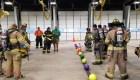 """Bomberos juegan a """"quemado"""" con su equipo de incendios"""