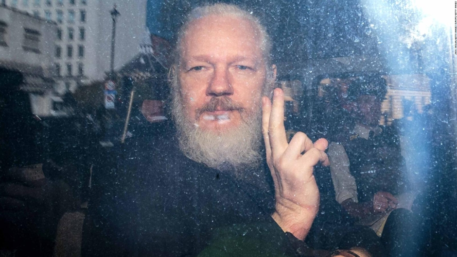 Detienen a Julian Assange