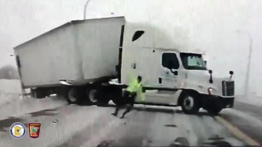 Fuertes vientos arrastran a un policía