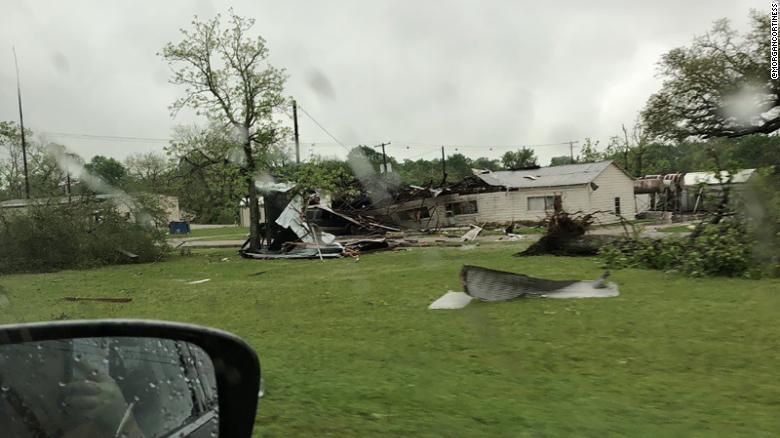 El clima severo, incluido un posible tornado, azotó la ciudad de Alto de Texas el sábado.