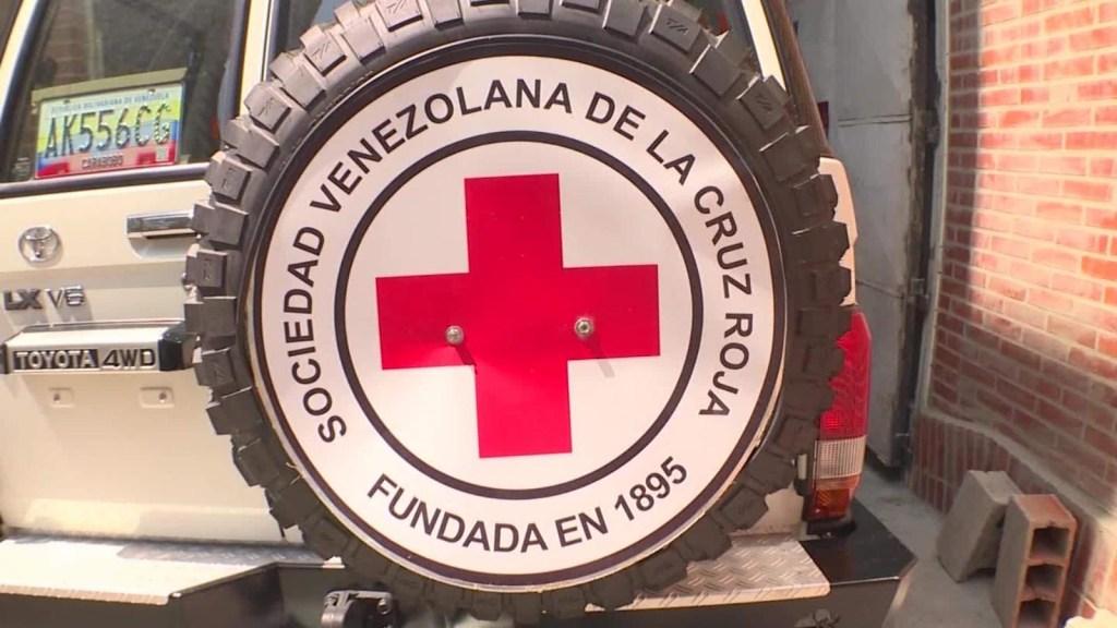 Niños esperan la ayuda de la Cruz Roja
