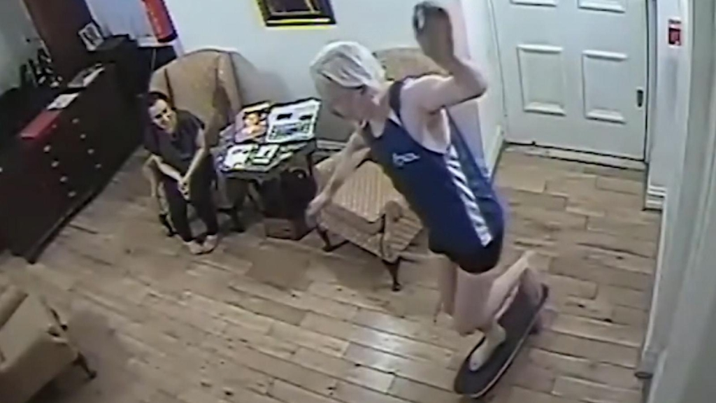 Filtran video de Assange patinando en la embajada