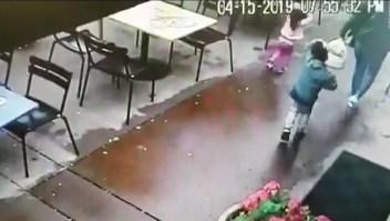 Conductor se estrella contra un restaurante
