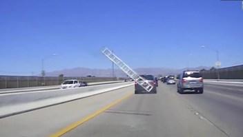 Una escalera chocó contra un auto
