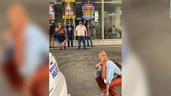 Mujer musulmana sonríe ante intolerancia