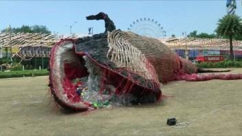 #LaImagenDelDía: impactante escultura de ballena muerta con basura