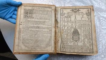 Recuperan Biblia de 400 años que fue robada