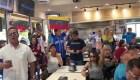 Venezolanos cantan el himno nacional en Florida
