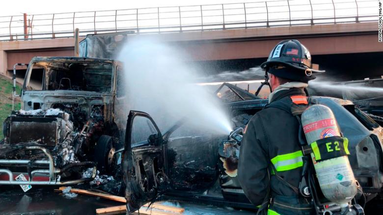El accidente provocó una serie de explosiones en la carretera interestatal 70 cerca de Denver.